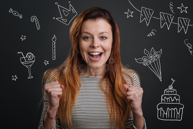 Nette Frau, die beim Feiern ihres Geburtstages glücklich sich fühlt lizenzfreie stockfotografie