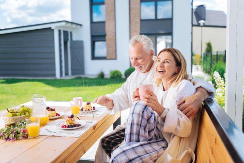 Nette Frau, die beim Verbringen des Morgens mit geliebtem unglaublich glücklich sich fühlt stockfotos