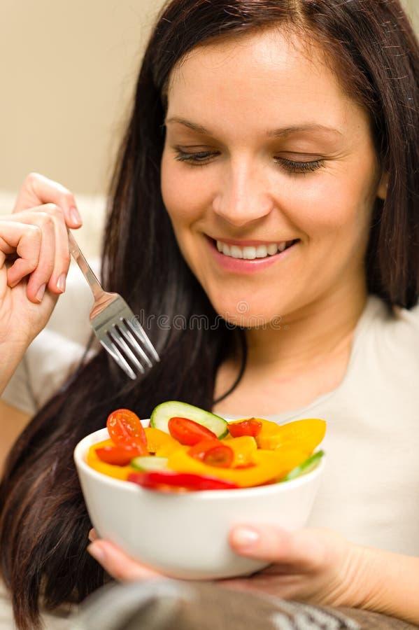 Nette Frau, die frische Schüssel Gemüse isst lizenzfreies stockfoto