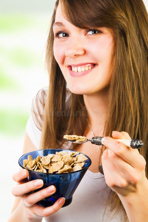 Nette Frau, die Getreide isst lizenzfreie stockfotografie