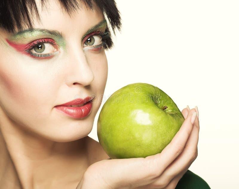 Nette Frau, die grünen Apfel hält stockfoto