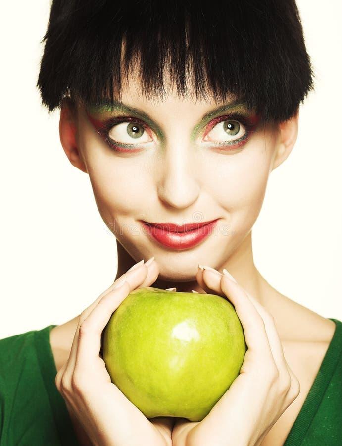 Nette Frau, die grünen Apfel hält lizenzfreie stockbilder
