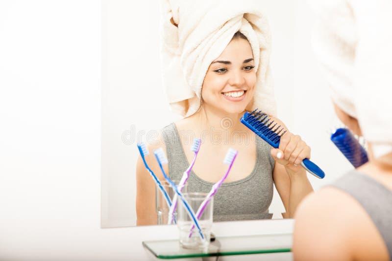 Nette Frau, die Spaß hat, nachdem eine Dusche genommen worden ist stockfoto