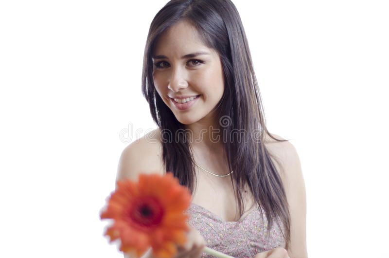 Nette Frau, die weg eine Blume gibt stockbild