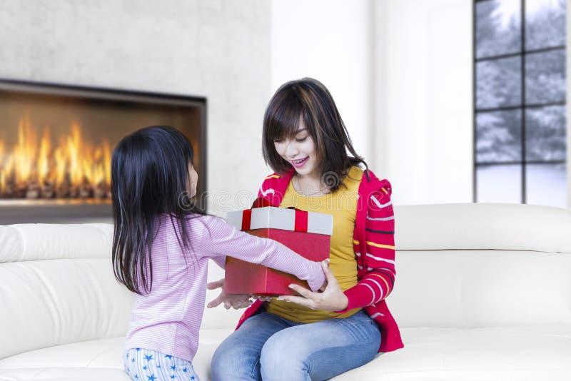 Nette Frau empfängt Geschenk von ihrem Kind stockbilder