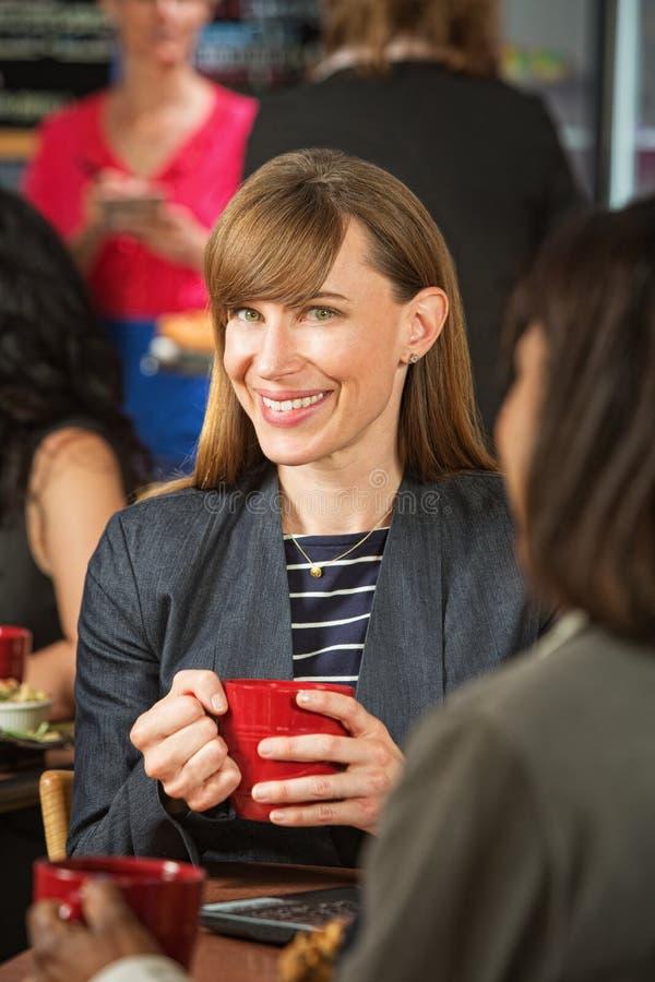 Nette Frau im Café lizenzfreies stockfoto