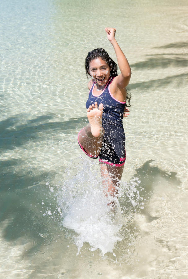 Nette Frau im Meer lizenzfreie stockbilder