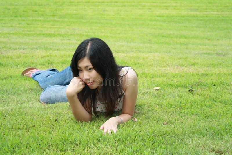 Nette Frau im Park