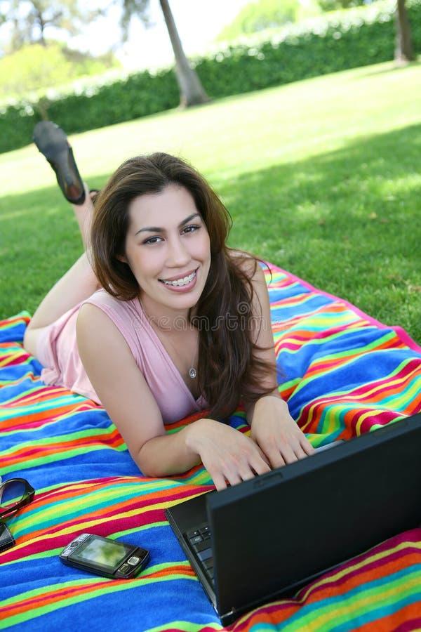 Nette Frau im Park stockbilder