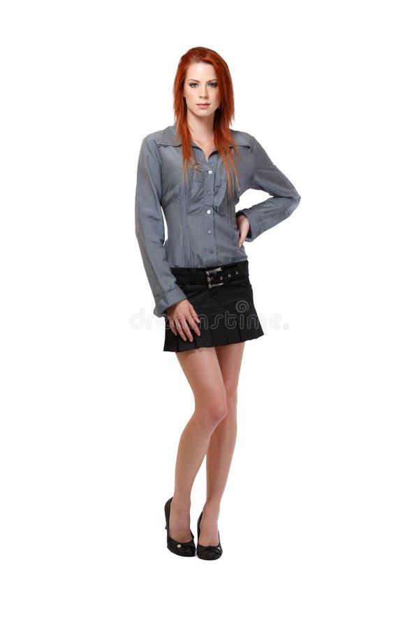 Nette Frau mit dem roten Haar im Studio lizenzfreie stockfotografie