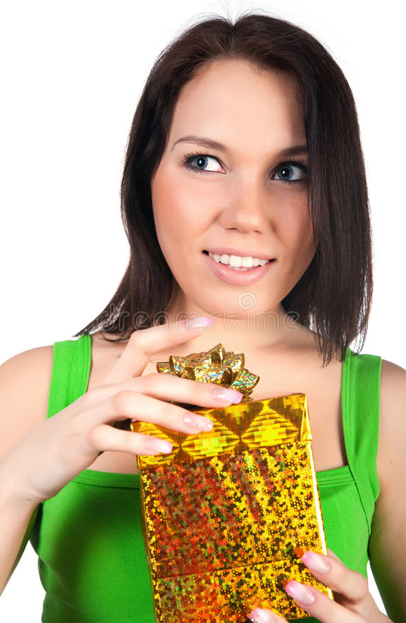 Nette Frau mit einem Geschenk lizenzfreie stockfotografie