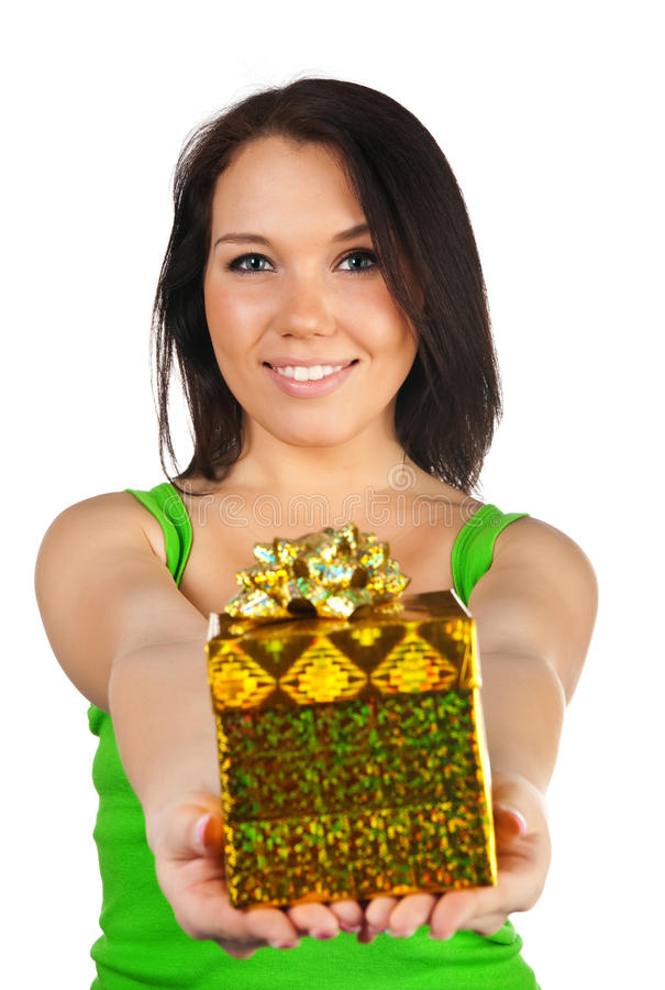 Nette Frau mit einem Geschenk lizenzfreie stockfotos