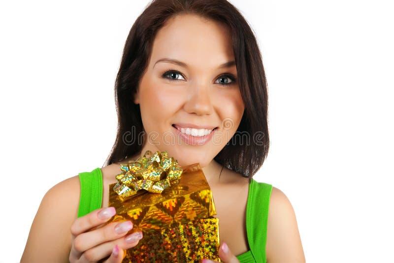 Nette Frau mit einem Geschenk lizenzfreie stockbilder