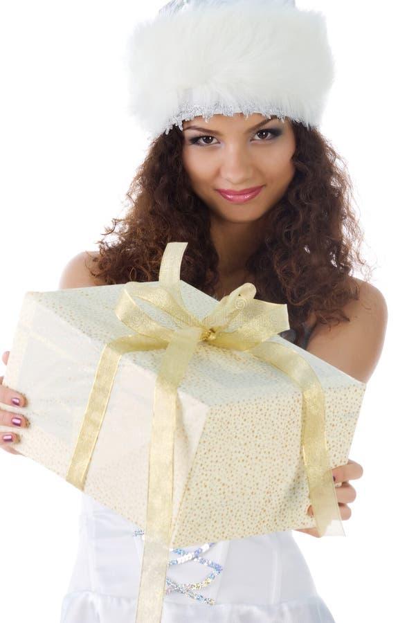 Nette Frau mit einem Weihnachtsgeschenk lizenzfreie stockfotos