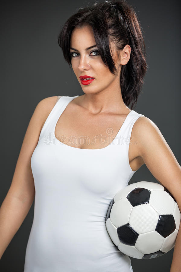 Nette Frau mit Fußball stockfotos
