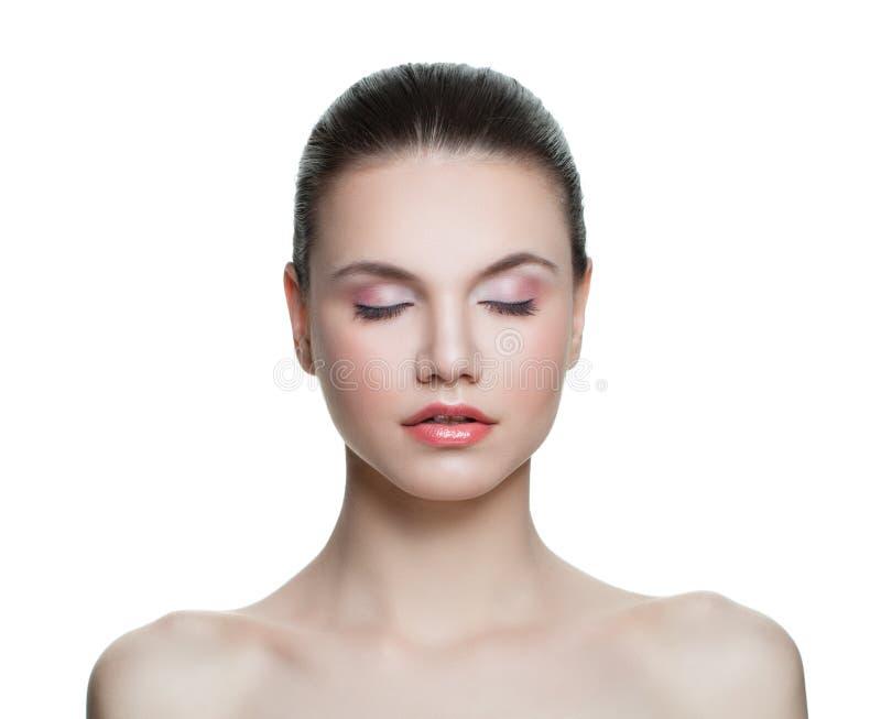 Nette Frau mit gesunder klarer Haut Skincare und Gesichtsbehandlungs-Konzept lizenzfreie stockfotos