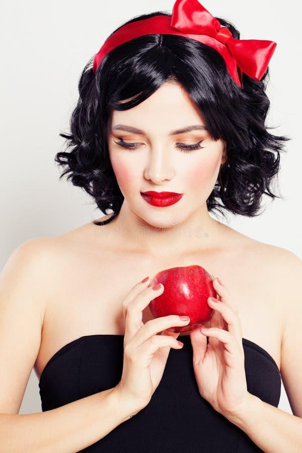 Nette Frau mit rotem Apple lizenzfreie stockfotografie