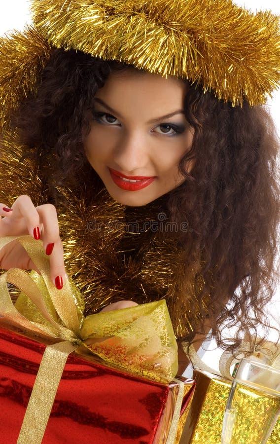 Nette Frau mit rotem Weihnachtsgeschenk stockfoto