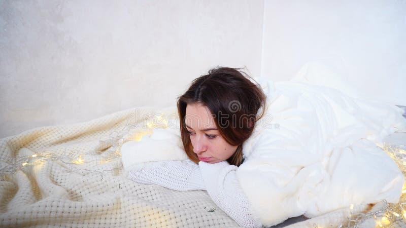 Nette Frau ohne Lächeln auf Gesicht hält Zelle in den Händen und steht auf lizenzfreies stockfoto