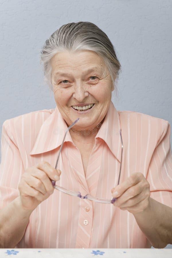 Nette Frau sechzig Jahre Lächeln lizenzfreie stockfotografie