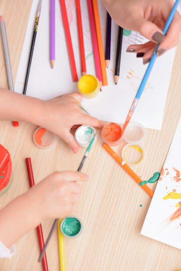 Nette Frau und ihr Kind zeichnen stockbild