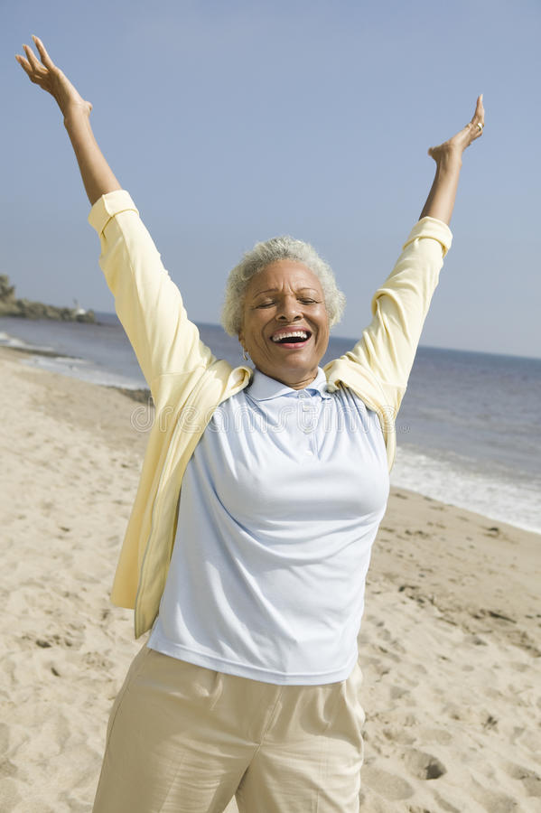 Nette Frau von mittlerem Alter auf Strand stockbild