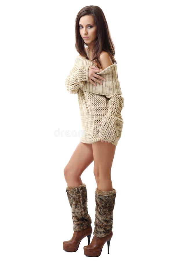 Nette Frau zeigen ihre Schulter auf weißem Hintergrund lizenzfreie stockbilder