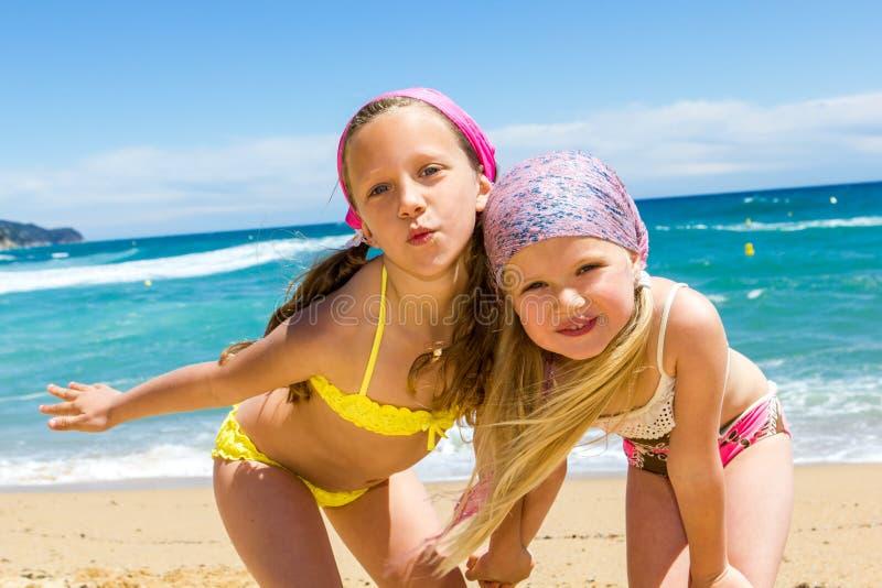 Nette Freundinnen auf Strand. lizenzfreie stockbilder