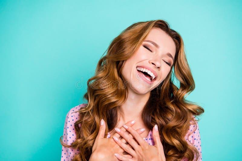 Nette freundliche reizend Dame mit ihrer Frisur grinsen sie sta lizenzfreies stockfoto