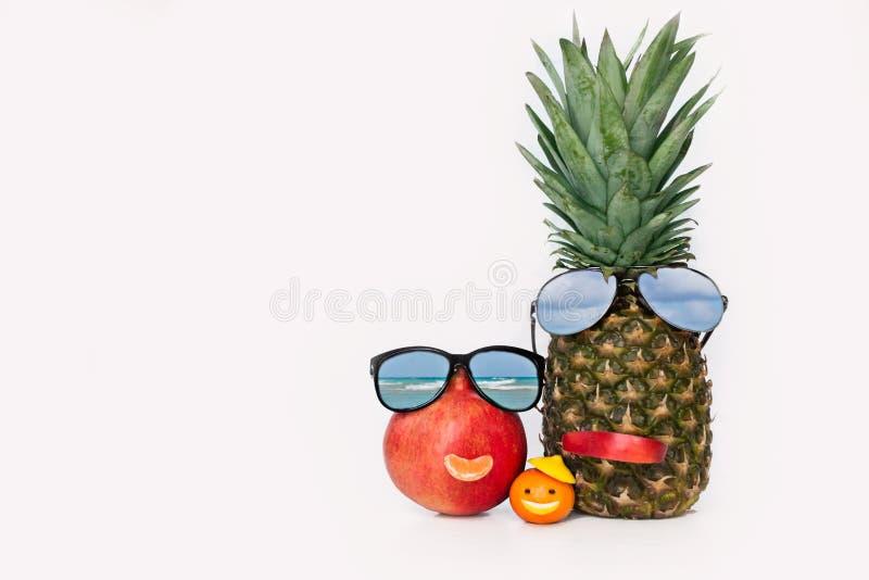 Nette Frucht in Form von Familie stockfotografie