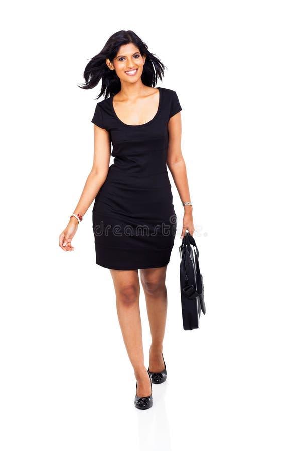 Nettes Geschäftsfraugehen stockfotografie