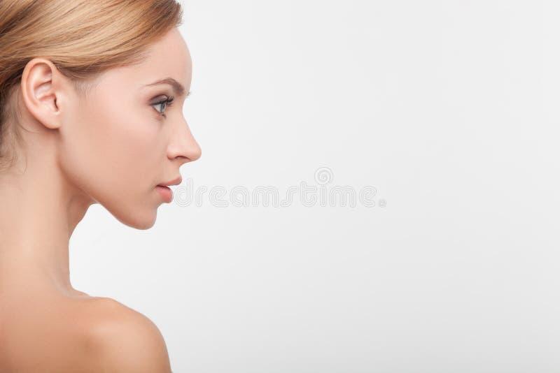 Nette gesunde Frau mit glatter perfekter Haut stockfotografie