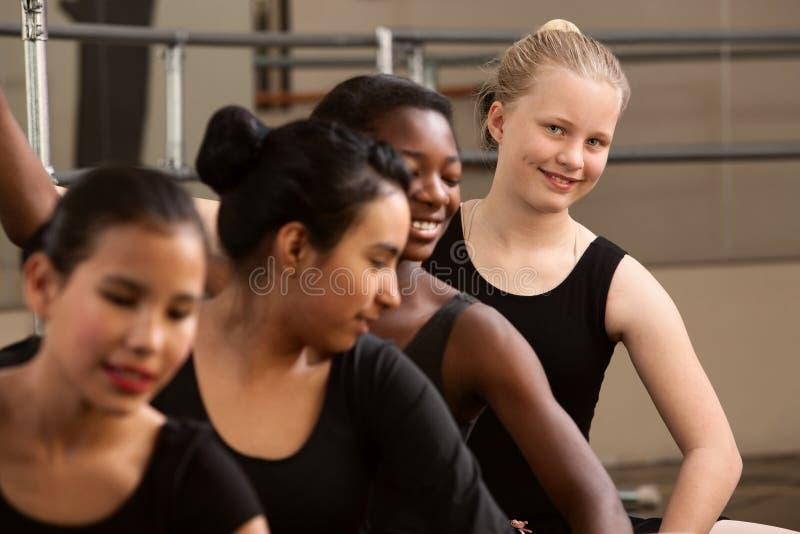 Nette Gruppe Ballett-Kursteilnehmer stockbild