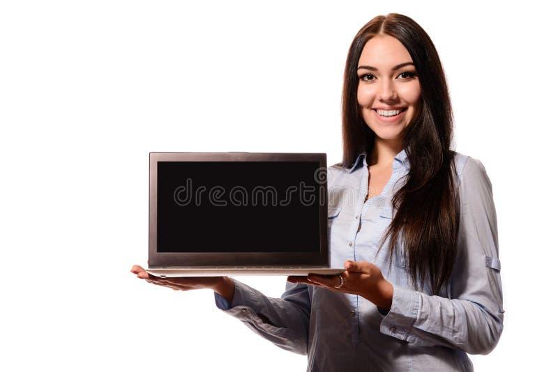 Nette hübsche Frau, die Laptop-Computer Schirm zeigt lizenzfreie stockfotografie