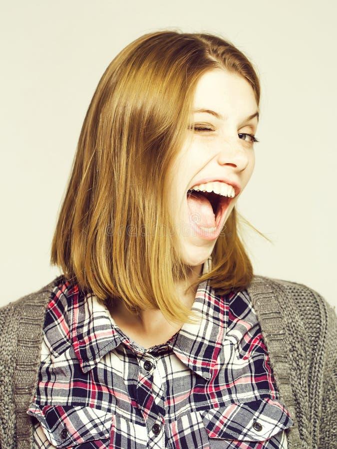 Nette hübsche Mädchen Winks lizenzfreie stockfotografie