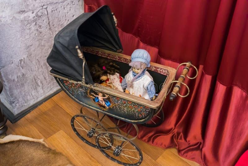 Nette handgemachte Puppen in einem Wagen gemalt von einem Künstler stockfotografie