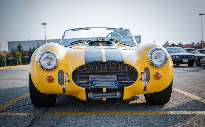 Nette herrliche Vorderansicht des alten Weinleseklassikerrennwagens lizenzfreie stockfotografie
