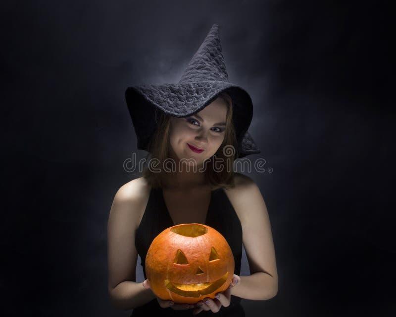 Nette Hexe mit Kürbis stockbilder
