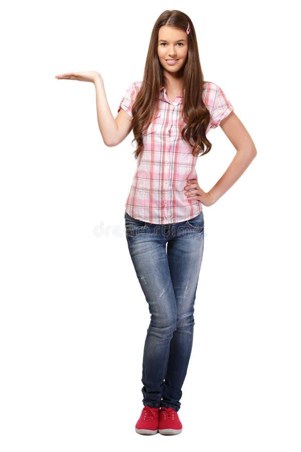 Nette Holding der jungen Frau etwas stockfoto