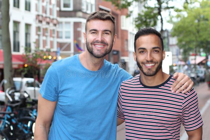 Nette homosexuelle Paare in der Stadt lizenzfreies stockbild