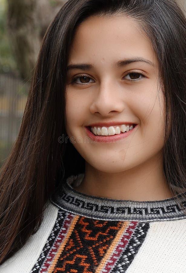 Nette Jugendlich-Frau mit einem glücklichen Gesicht stockfoto