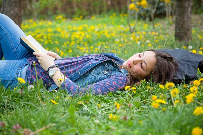Nette Jugendliche, die sich im Frühjahr Park entspannt lizenzfreies stockbild