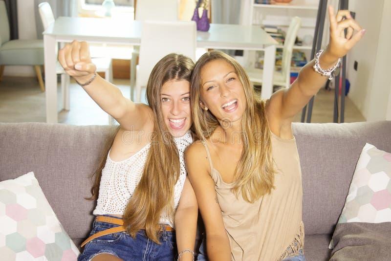 Nette Jugendliche, die Videospiel mit glücklicher lächelnder schauender Kameranahaufnahme der Konsole spielen lizenzfreie stockfotografie