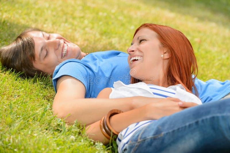 Nette Jugendpaare, die über einander lachen stockbild