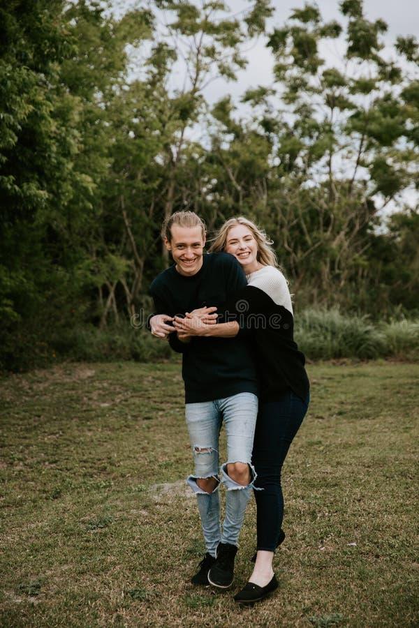 Nette Junge-attraktive Datierung verbinden das Schauen, das Lächeln und das Lachen in dichten grünen tropischen Forest Jungle lizenzfreie stockbilder