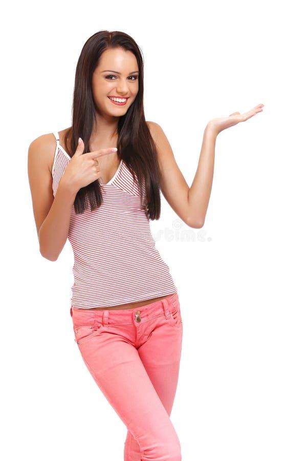 Nette junge Brunettefrau, die etwas anhält stockbilder