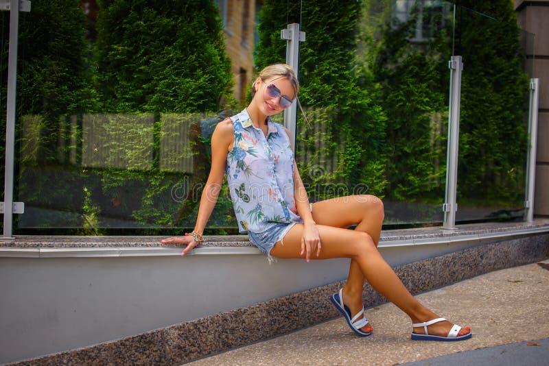 Nette junge Frau in der Sonnenbrille lizenzfreies stockbild