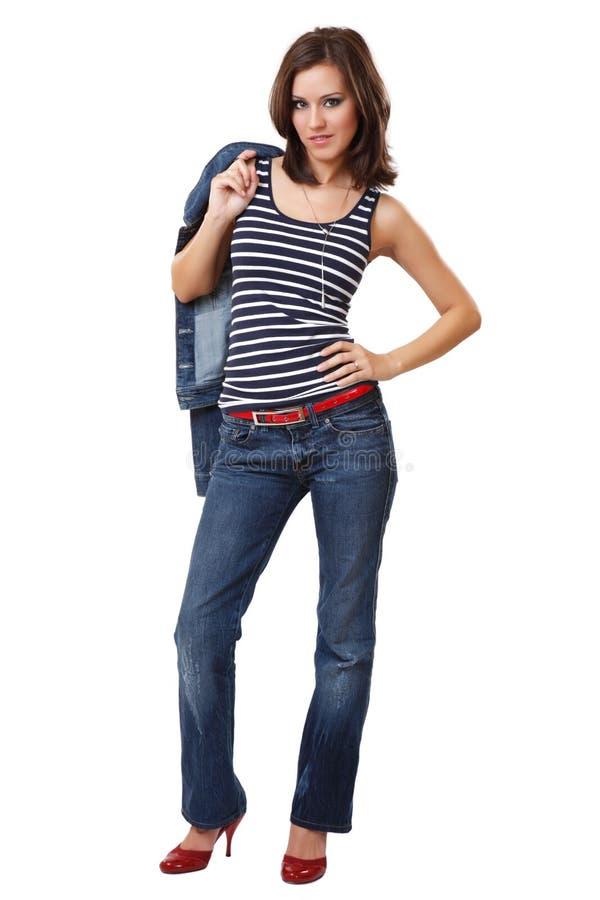 Nette junge Frau, die auf weißem Hintergrund aufwirft lizenzfreies stockfoto