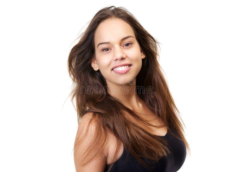 Nette junge Frau, die mit dem langen braunen Haar lächelt stockfotografie