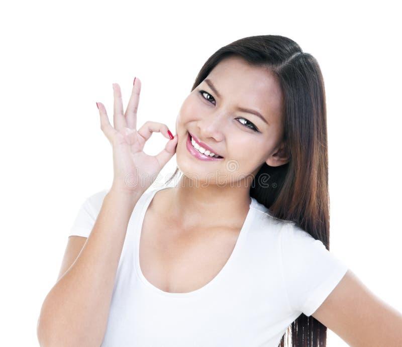 Nette junge Frau, die OKAYzeichen gibt lizenzfreies stockbild